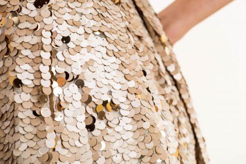 IMG 0352 500x333 - Vestido dorado largo con cuello camisa en tejido satén y lentejuelas deslizantes
