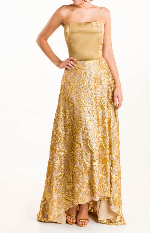 Vestido largo con tejido en base de seda bordado a mano, en lentejuelas en color dorado