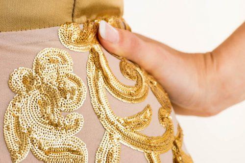 IMG 0441 500x333 - Vestido largo con tejido en base de seda bordado a mano, en lentejuelas en color dorado