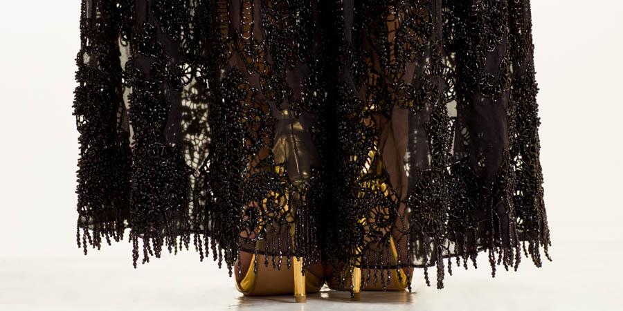 Vestido largo azabache en base de seda bordado a mano en lentejuelas