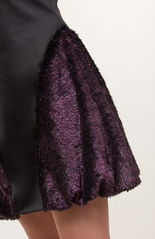 c 18 0345 001488 jb lb 18 1082 500x773 - Vestido corto negro con pelo sintético rosa fucsia