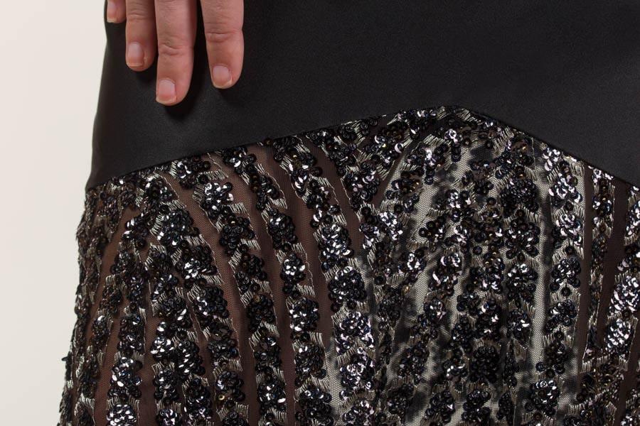 Vestido largo negro y plata en tejido de lentejuela bordada con transparencia, terciopelo y liso satén