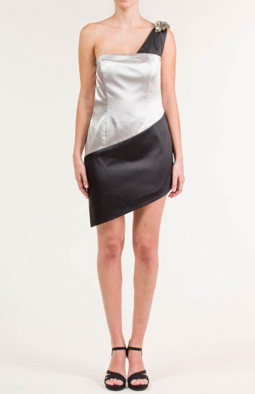 Vestido corto con aplicación en hombro negro y plata