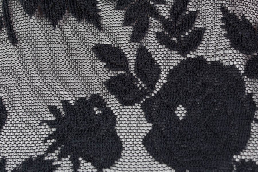 Vestido largo con tejido de encaje de flores negro