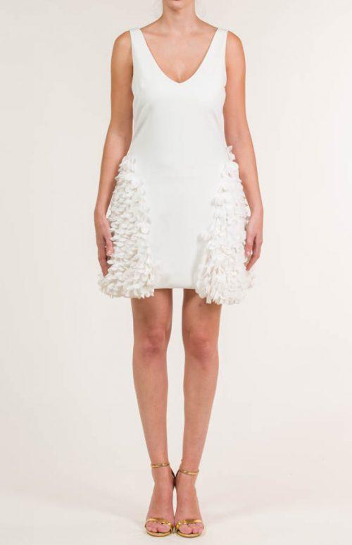 Vestido corto crema con pétalos