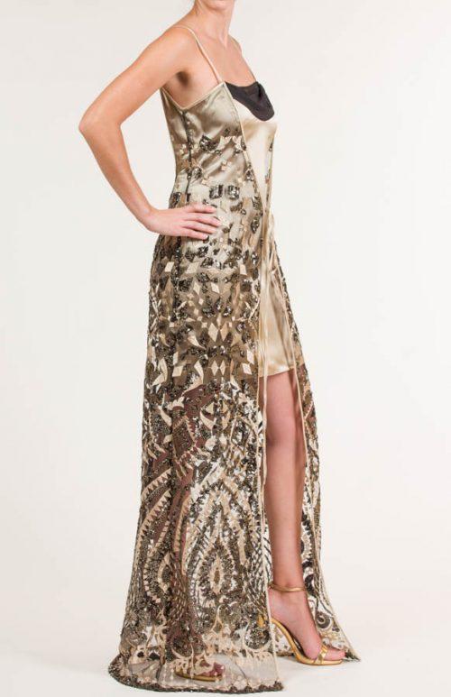 Vestido corto oro con capa y tejido drapeado