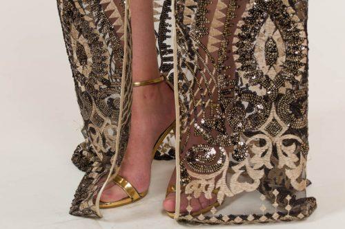 c 18 0345 001488 jb lb 18 2922 500x333 - Vestido corto oro con capa y tejido drapeado