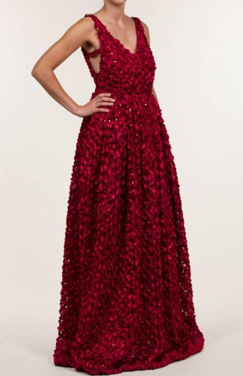 Vestido largo en tejido bordado en lentejuelas de pétalos rojos