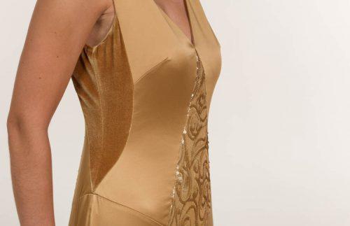 c 18 0345 001488 jb lb 18 994 500x323 - Vestido largo en tejido satén y lentejuela dorado