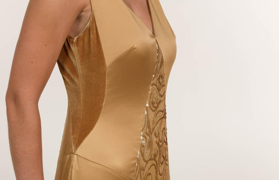 Vestido largo en tejido satén y lentejuela dorado