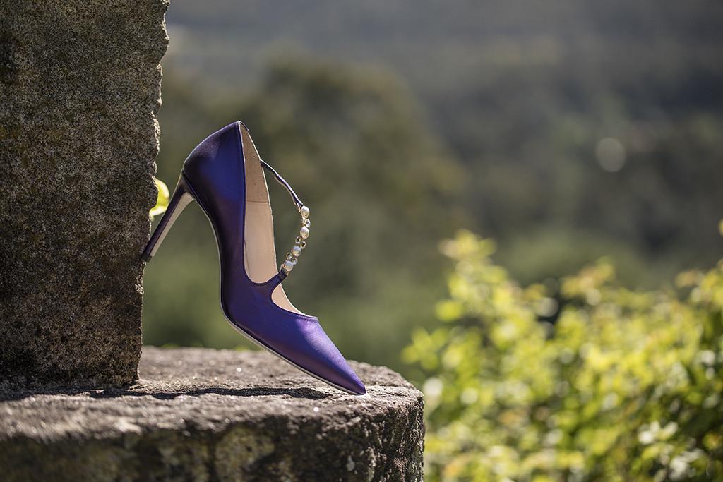 Zapato de tacón corte de salón en color morado con aplicaciones