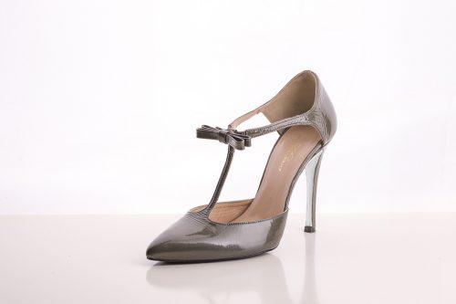 70A9572 500x333 - Zapato de tacón fino corte salón azul con cinta y lazada en talón