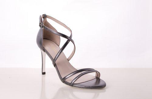 70A9592 500x327 - Sandalia de tacón en piel  tono gris con tiras cruzadas en talón