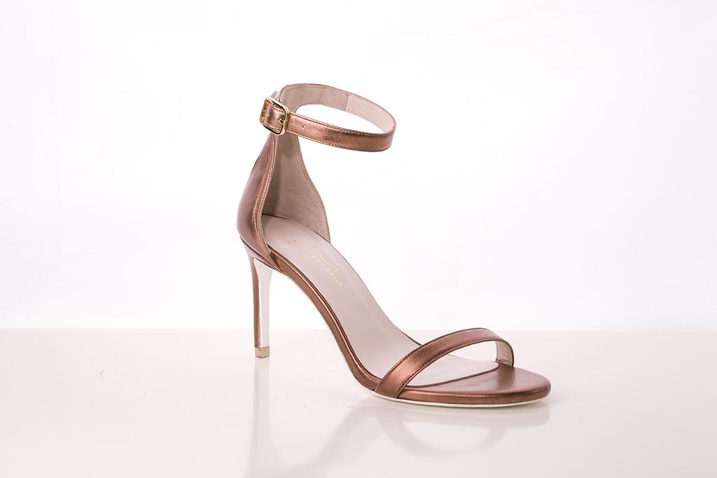 Sandalia de tacón en piel tono cobre con tira en talón
