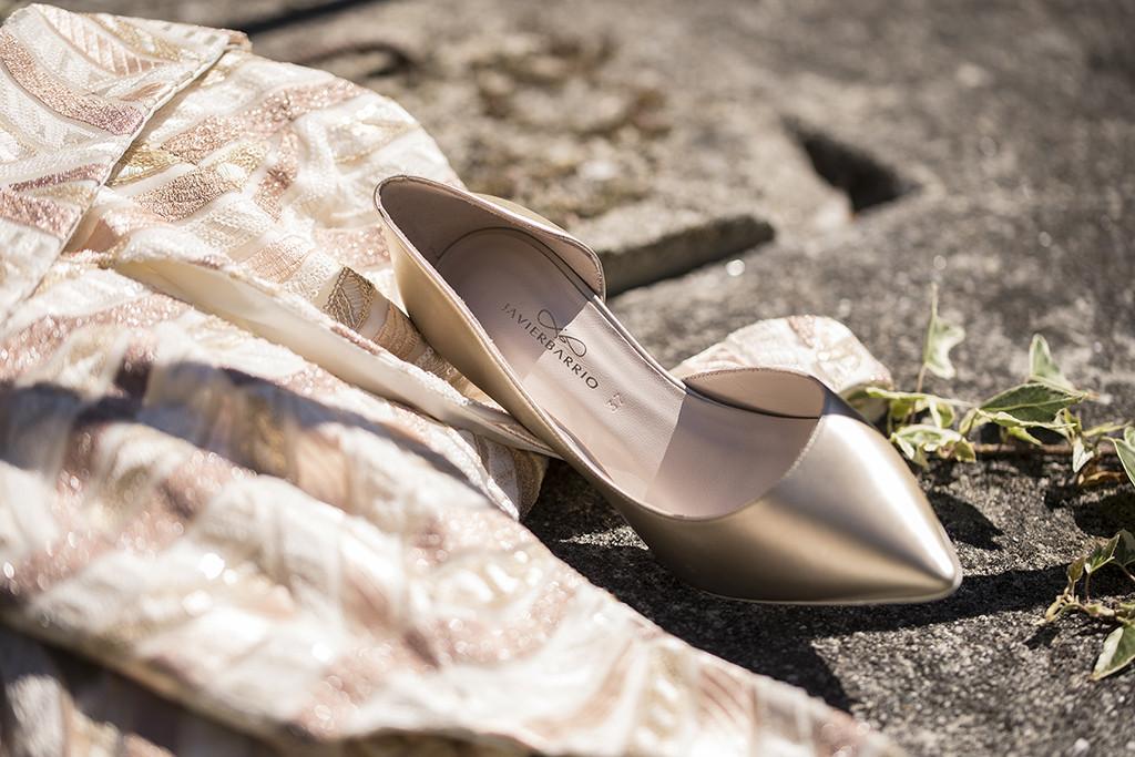 Zapato de tacón fino corte salón en dorado