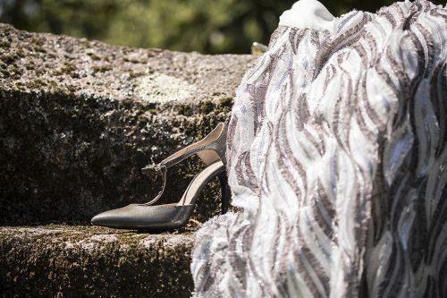 70A9684 500x333 - Zapato de tacón fino corte salón azul con cinta y lazada en talón