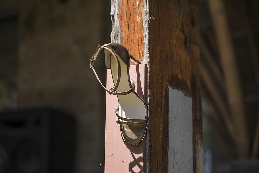 Sandalia de tacón en piel  tono cobre con tiras cruzadas en talón